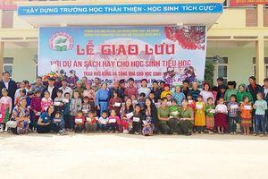 Trao quà cho các em học sinh vùng cao nguyên đá Đồng Văn