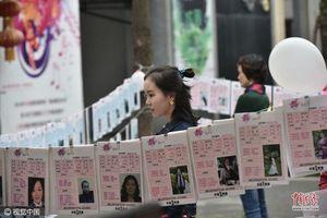 Không tìm nổi người yêu, thanh niên 'lỡ thì' Trung Quốc bị cha mẹ 'rao' ở chợ