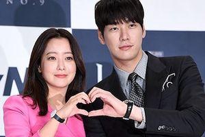 Kim Hee Sun trẻ trung và xinh đẹp, tình tứ với đàn em kém 10 tuổi