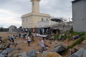 Triều cường uy hiếp 40 hộ dân và Trạm hải đăng Đà Rằng