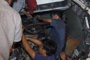 Sau 2 giờ giải cứu, tài xế mắc kẹt trong cabin xe tải đã được đưa đi cấp cứu