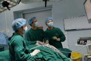 Việt Nam lần đầu tiên thực hiện thành công phẫu thuật nội soi tuyến giáp một lỗ