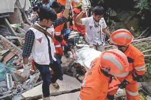 Động đất, sóng thần kinh hoàng ở Indonesia: Chạy đua cứu trợ