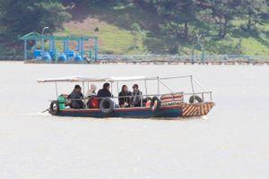 Thuyền 'chui' vẫn mạo hiểm chở khách trên hồ Đan Kia - Suối Vàng