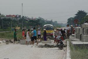 Bị bụi bẩn 'tấn công', người dân mang gạch, đá chặn xe tải