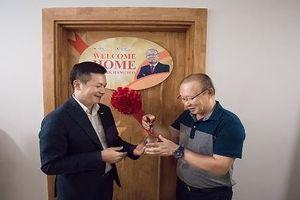 HLV Park Hang Seo nhận căn hộ được CENLand trao tặng