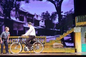 'Ngôi nhà trong thành phố': Hà Nội nổ súng, nhưng Hà Nội vẫn nở hoa