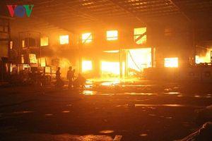 Bình Dương: 'Bà hỏa' thiêu rụi công ty gỗ nội thất