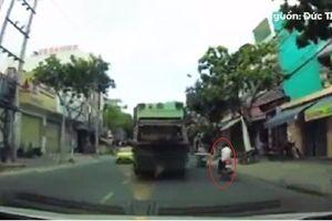 Clip mãi mê dùng điện thoại, nam thanh niên tổng thẳng vào xe máy cùng chiều
