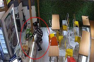 Lợi dụng lúc nhân viên cửa hàng không chú ý, nam thanh niên trộm điện thoại tẩu thoát