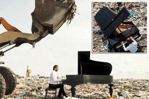 Nghệ sĩ dương cầm trình diễn giữa bãi rác