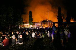 Hàng ngàn tù nhân phóng hỏa, vượt ngục sau thảm họa kép ở Indonesia