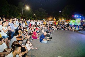 Thí sinh top 10 Giọng hát hay Hà Nội giao lưu tại phố đi bộ Hồ Gươm