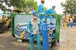 Hà Nội: Tiêu hủy 215 bình khí N20 sử dụng bơm bóng cười
