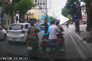 Người phụ nữ bị dàn cảnh va chạm giao thông, trộm túi xách trong tích tắc