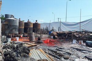 Xưởng cồn 'mọc lên' ngay chân cầu vượt, dân nơm nớp lo sợ cháy nổ