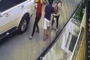 Bố bị cướp tiền, con gái 8 tuổi ra tay chống 4 tên cướp có súng