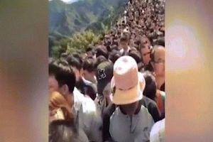 Vạn dân TQ chen chúc nghẹt thở trên Vạn Lý Trường Thành