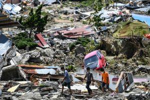 Phát hiện xác chết của hàng chục học sinh sau thảm họa kép tại Indonesia