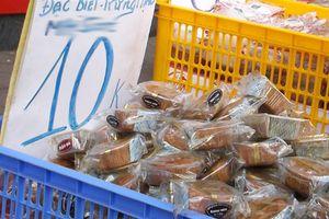 Bánh trung thu giá rẻ tràn xuống phố, 10.000 đồng/chiếc