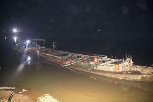 Bắt sà lan hút cát trộm trên sông Thạch Hãn trong đêm