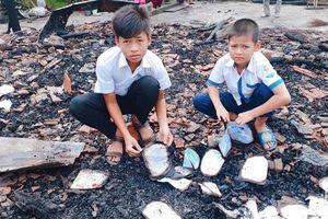 Nhà cháy thành tro, 2 đứa trẻ thiếu manh áo, tập vở sạch để tới trường