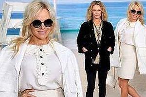 Pamela Anderson 51 tuổi trẻ trung trong show Chanel đẹp choáng ngợp