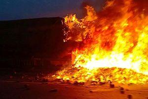 Xe container bất ngờ bốc cháy ngùn ngụt trên cầu Thanh Trì