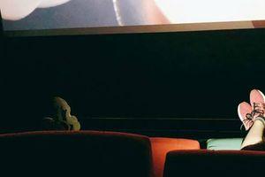 'Cạn lời' với bạn trẻ đi xem phim ở rạp còn gác cả chân kèm giày lên chụp ảnh đăng Facebook khiến người ngồi sau 'nhức mắt'