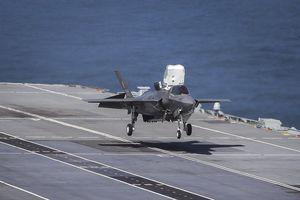 Xem siêu tiêm kích F-35B cất hạ cánh trên tàu sân bay Anh