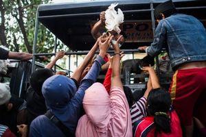 Thảm họa kép Indonesia: Người dân cướp thực phẩm, phá cây ATM, chen nhau lên máy bay sơ tán