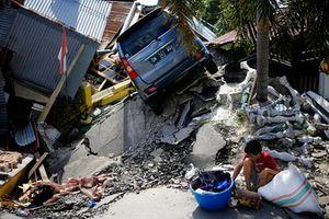 Hơn 25 quốc gia hỗ trợ Indonesia khắc phục thảm họa kép, người dân đào thi thể bằng tay không