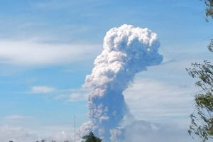 Núi lửa lại phun trào trên đảo Sulawesi sau thảm họa kép kinh hoàng ở Indonesia
