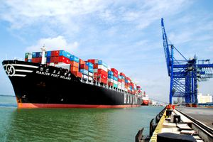 Hàng container qua cảng biển tiếp đà tăng mạnh