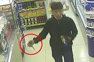 Thiếu tiền, nam thanh niên bịt mặt cầm dao lao vào cướp siêu thị mini