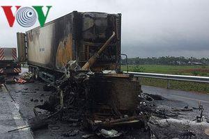 Xe container bị cháy rụi sau cú va chạm