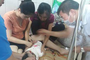 Bé gái 12 tháng tuổi liệt mặt nghi do nằm điều hòa lạnh