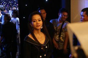 An Nguy lúng túng trước ống kính tại tiệc cưới Lan Khuê