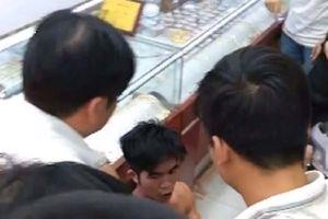 Hà Nội: Nam thanh niên vào tiệm vàng vờ mua nhẫn rồi cướp