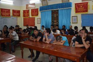 Ninh Bình: Phá xới bạc trong trang trại gà, bắt giữ 34 đối tượng