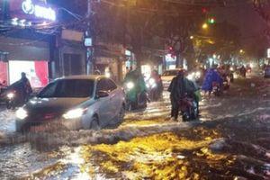 Đường Sài Gòn ngập như sông sau mưa, người dân trắng đêm tát nước