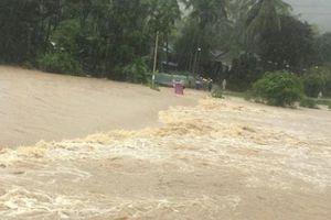 Bình Định xuất hiện lũ, giao thông bị chia cắt sau 2 ngày mưa như trút nước