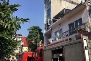 Giải cứu ba người trong đám cháy trên phố Ngô Văn Sở