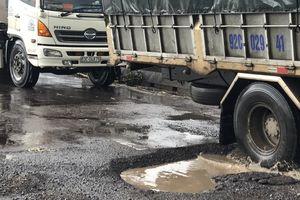 Quốc lộ 1 qua Bình Định nát tương sau vài cơn mưa đầu mùa