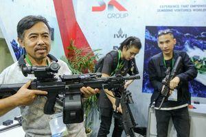 Tận tay cầm vũ khí tối tân trong triển lãm quốc tế về an ninh tại Hà Nội