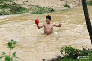 Người dân Nghệ An vất vả vượt khe suối mùa lũ