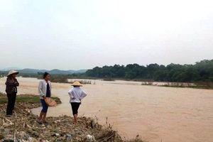 Gia đình quần thảo lòng sông tìm kiếm nghi phạm sát hại vợ rồi 'mất tích'
