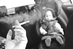 Cha mẹ hút thuốc lá, con dễ tử vong