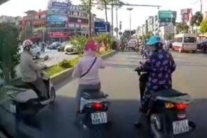 Ba nữ 'Ninja' dàn hàng tránh nắng trước mũi ô tô