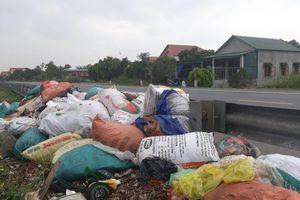 Quảng Bình: Dân than trời từ những điểm tập kết rác ô nhiễm bên QL 1A